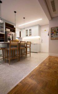 22-flavio-machado-arquitetura-apartamento-moderno-cozinha-integrada-(22)